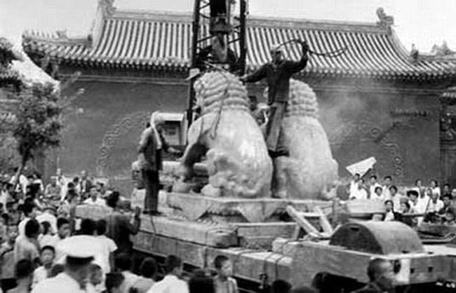 """""""文革""""不仅给生活在当时的人们带来巨大的灾难,也对中华文明造成无可估量的损失,当时包括孔子、岳飞在内的很多先人的陵墓遭到不同程度的破坏,不仅造成文物的大量毁坏,还彻底摧毁了我们民族固有的敬天法祖的文化传统。"""