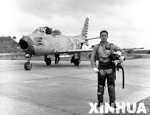 """购进的美式新型战斗机p-40n和p-51,并驾驶这些飞机飞越""""驼峰""""天险回国"""