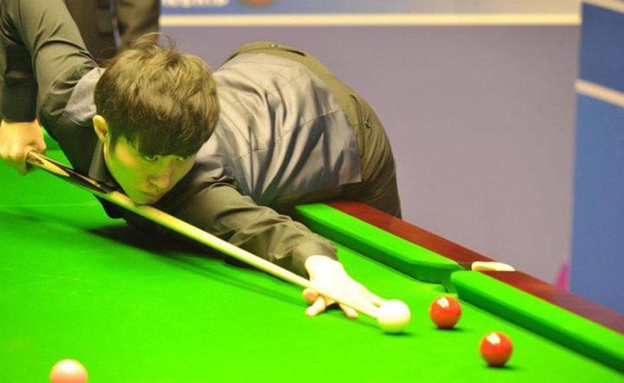北京时间4月22日,2012年斯诺克世锦赛首轮继续进行,曹宇鹏爆冷10-6战胜艾伦,首次参赛便晋级16强。