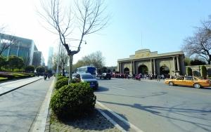 小图中为拆迁前的南京总统府大照壁,它将在原址复原 赵杰/摄
