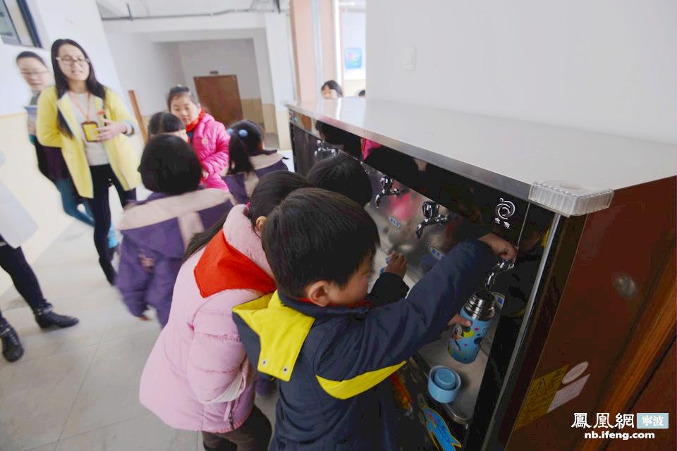 """""""直饮水直接连接自来水管,水进设备后过滤,烧开至100℃消毒,再冷却至40℃就可以喝了。""""据堇山小学的虞老师跟我介绍,""""学校每天早上8点开启直饮水机,在使用前先放掉隔夜的水,再给学生使用。""""(文/俞益婷 摄像/孙昊)"""