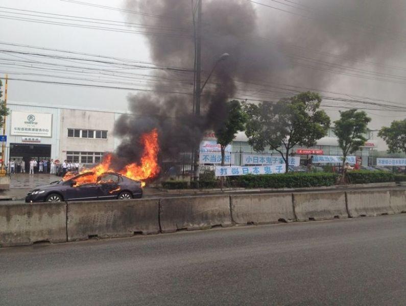 上海车主烧毁自己的日系车 -  红杏 - 红杏