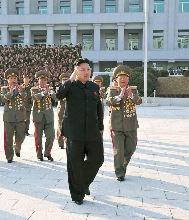 这张朝中社11月21日提供的照片显示,朝鲜最高领导人金正恩(前)视察国家安全保卫部。11月20日是朝鲜保卫机关成立纪念日,金正恩视察了国家安全保卫部。新华社/朝中社
