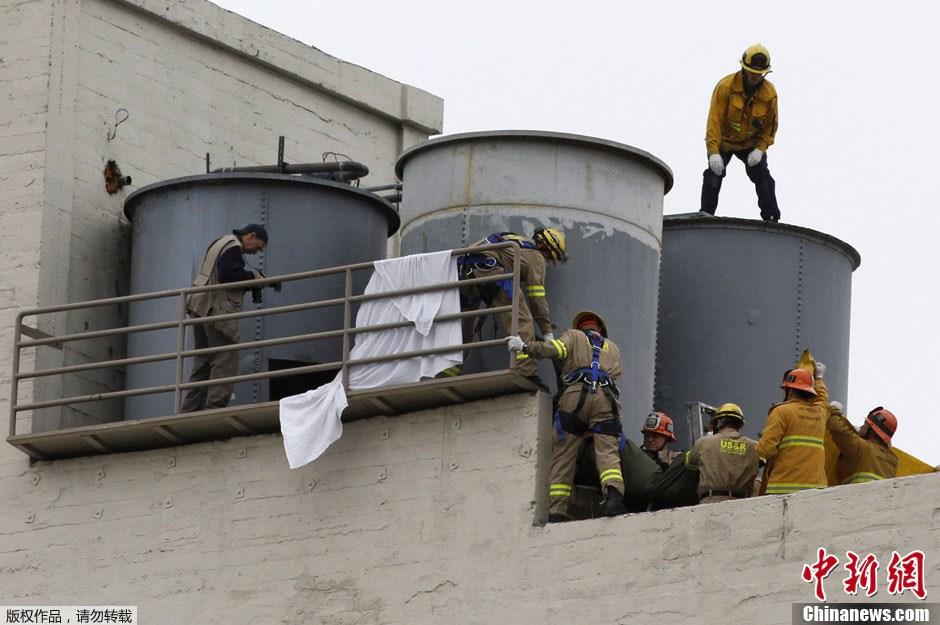 当地时间2月19日晚,美国洛杉矶警方确认,在市中心Cecil酒店水箱内部发现的女性尸体就是21岁的加拿大失踪华裔女生蓝可儿(Elisa Lam)。图为当日,消防员从美国洛杉矶市中心Cecil酒店楼顶的水箱中打捞出蓝可儿的尸体。