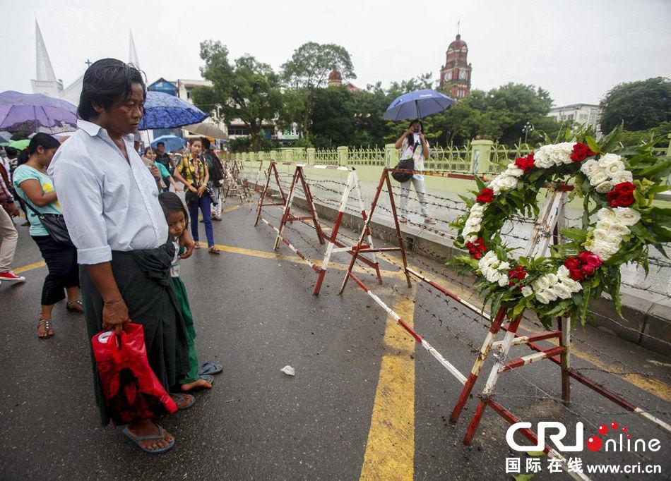 """当地时间2013年8月8日,缅甸首都仰光,缅甸民众为""""8888事件""""25周年举行纪念活动。8888民主运动,是1988年在缅甸发生的一场争取民主的大规模民众运动,""""8888""""的名称来自1988年8月8日的大示威。"""