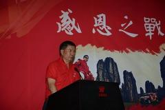 著名车手麻俊昆中国越野拉力赛后挂盔