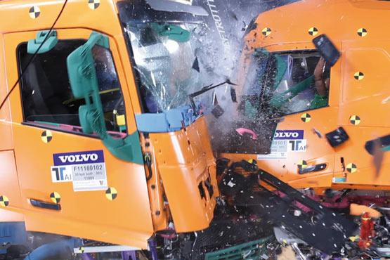 据了解,半数卡车事故最终会导致卡车翻车。在车辆侧翻的情况下,很难从车门爬出。全新沃尔沃FH系列标配紧急逃生天窗的卡车。逃生天窗的尺寸为50x70厘米,即使是身材高大的驾驶员也能轻松爬出。此外,此天窗符合针对运输汽油等易燃品及其它物质(ADR运输)的卡车的紧急出口要求。 沃尔沃是首个配备前部防钻入保护装置功能的卡车品牌。简而言之,该系统可防止乘用车在与卡车发生正面碰撞时楔入卡车前下方。由于卡车保险杠的高度与普通轿车保险杠的高度相同,因此可以最有效地利用轿车的防撞压皱区。这减少了严重受伤的风险,提高了轿车上