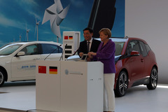 默克尔见证:中德电动车充电接口统一