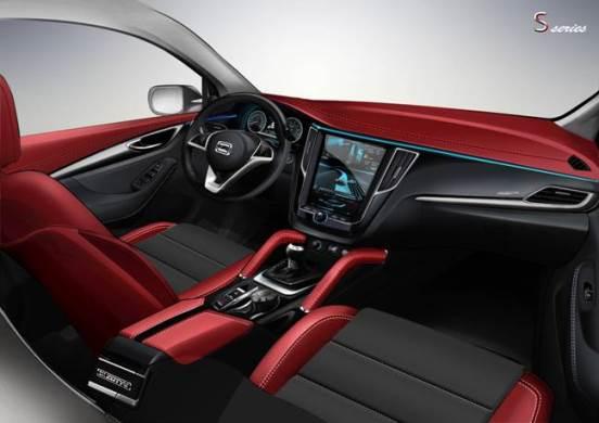 """众泰SR7,仪表台层次分明,功能旋钮和按键简洁明了。位于中央的超大液晶屏,格外醒目。""""飞翼形""""设计与12寸中控屏浑然一体,尽显科技时尚。真皮多功能方向盘、驾驶运动扶手、炮筒式运动表盘、动感造型的中控台,完美诠释众泰SR7的运动时尚之美。银色饰板的些许点缀,增加了整体质感。三幅多功能方向盘,集合音量控制键、调频转换键等调节模式于一体,与精致内饰交相辉映,格调还是比较高的。"""