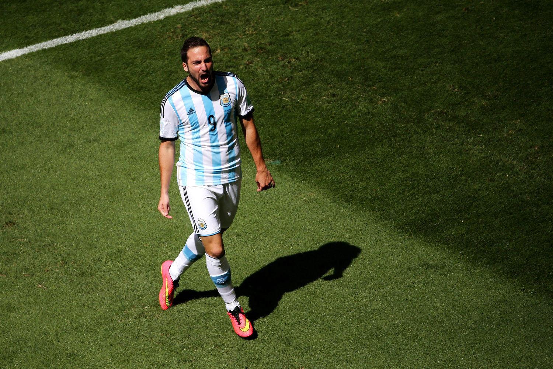 2014年7月6日,巴西巴西利亚国家体育场,2014巴西世界杯1/4决赛,阿根廷1-0比利时。开场仅8分钟,伊瓜因就打破场上僵局,第33分钟,迪马利亚因伤被换下。下半时,伊瓜因长途奔袭中柱。最终,阿根廷1-0险胜比利时,时隔24年再度杀入4强后。