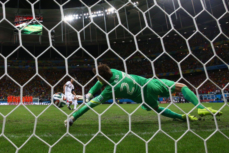 2014年7月6日,巴西萨尔瓦多新水源体育场,2014巴西世界杯1/4决赛,荷兰4-3哥斯达黎加。常规时间,荷兰队3次击中门框但未破门。范加尔第120分钟更换门将。点球大战,荷兰替补门将克鲁尔扑出两球,而荷兰队4个主罚球员全部命中,最终荷兰人经过点球大战4-3击败哥斯达黎加挺进4强,他们的对手是阿根廷!