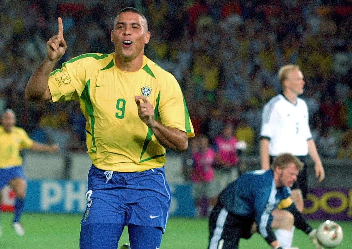 北京时间7月9日凌晨4点,巴西、德国将在世界杯半决赛上对决。自1963年以来,两队在各项赛事中交手21次,结果巴西占据绝对上风,取得了12场胜利,5场平局,仅输掉4场。两队在世界杯的赛场仅有1次碰面,当时巴西凭借罗纳尔多的两粒入球击败德国捧起最后的冠军。