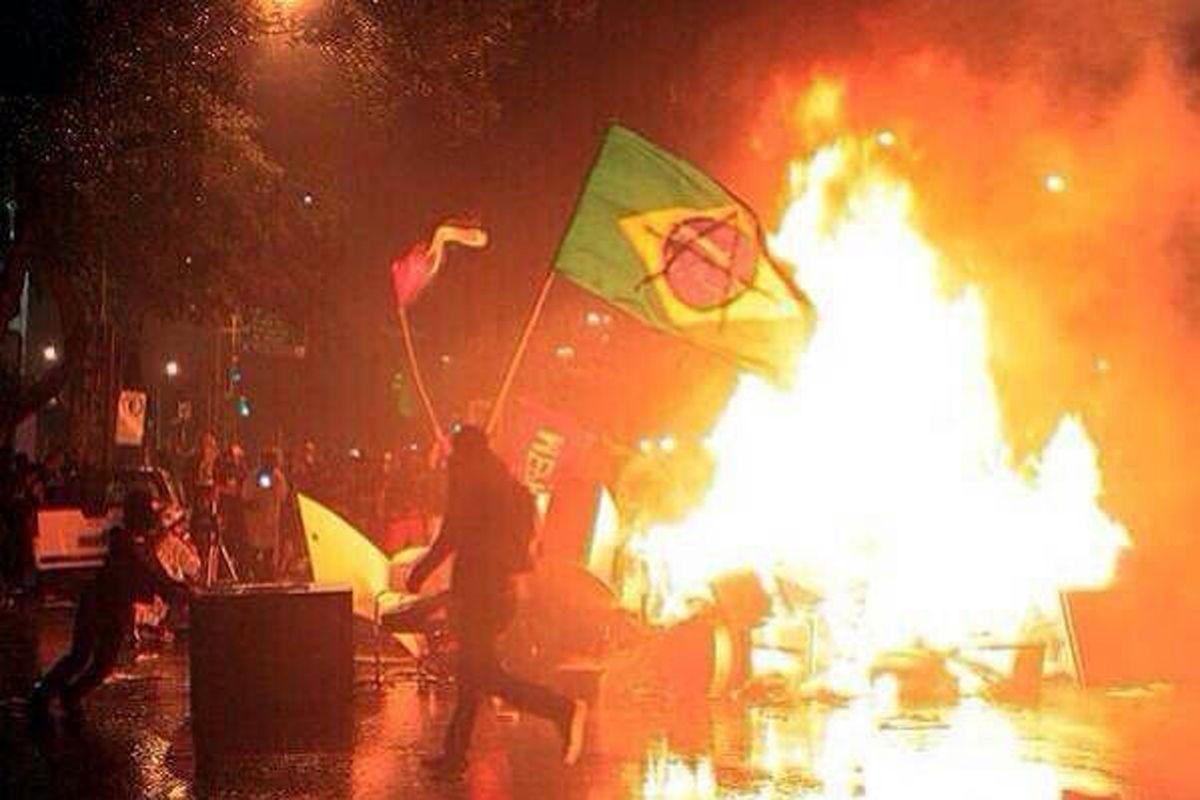 2014年7月9日,巴西米内罗竞技场,2014巴西世界杯半决赛,巴西1-7德国。全场比赛1-7,半场0-5,这是巴西球迷难以接受的一个比分,比赛尚未结束,失去理智的巴西球迷就愤怒了。在场外,巴西球迷十分激动,甚至出现了小规模的骚乱。