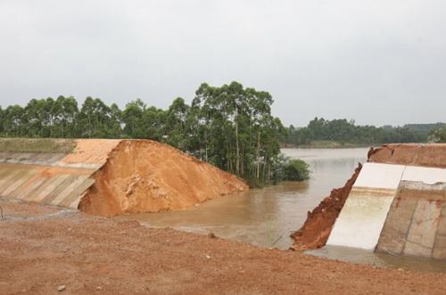 广东雷州运河雨季未到已决口 曾投6.85亿改造