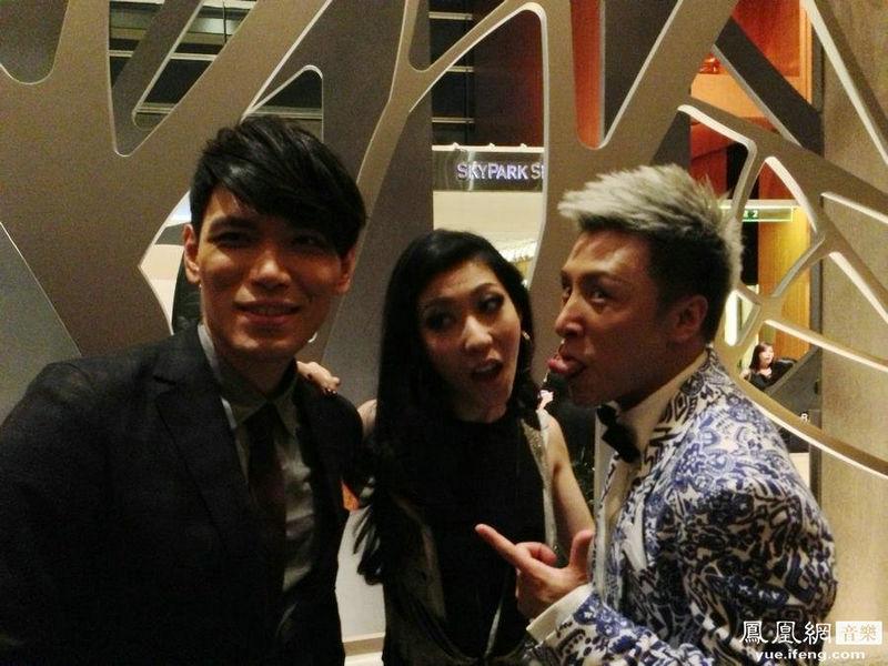 """...排行榜\""""颁奖典礼在新加坡举行内地唱作音乐人曹轩宾凭借今..."""
