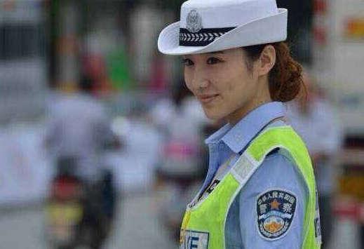 陕西美女交警爆红 为睹芳容迷恋者蜂拥而上组图