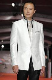 吴刚白色礼服踏上红毯