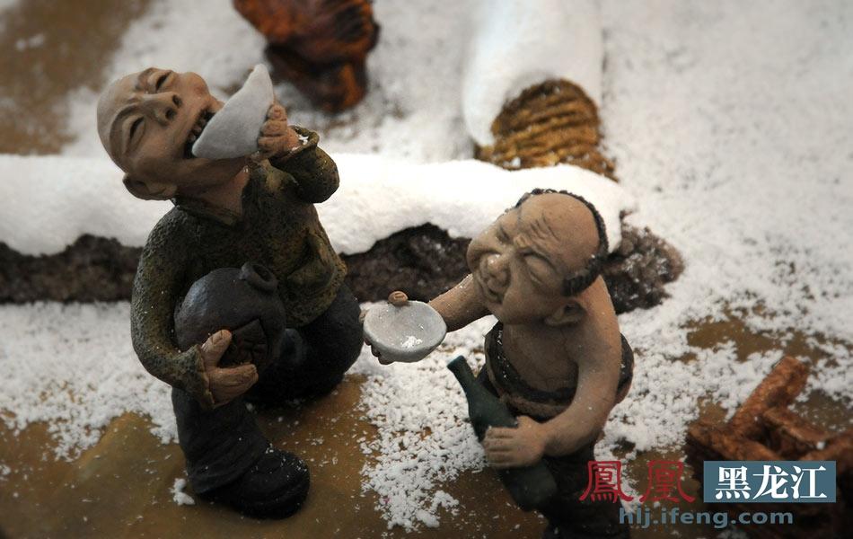 7/23 哈尔滨代表团的泥塑艺人郝凤玲用黄泥巴捏出的具有东北文化特色