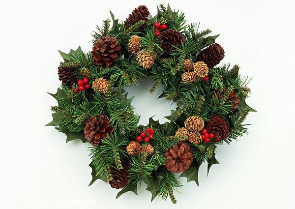点缀松果的圣诞花环