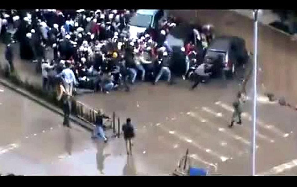 当地时间2月18日,叙利亚大马士革,葬礼中听到枪声的人群。