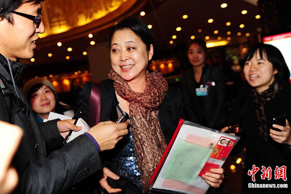 3月2日傍晚,全国政协十一届五次会议委员报到工作接近尾声,全国政协委员倪萍在记者们的期待中来到现场。中新社记者 李学仕 摄