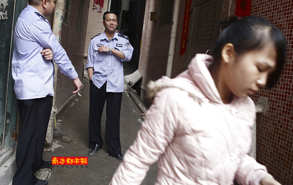 又用绳子绑住其双脚.施小姐事后听街坊说,警察在抓她丈夫…-警察