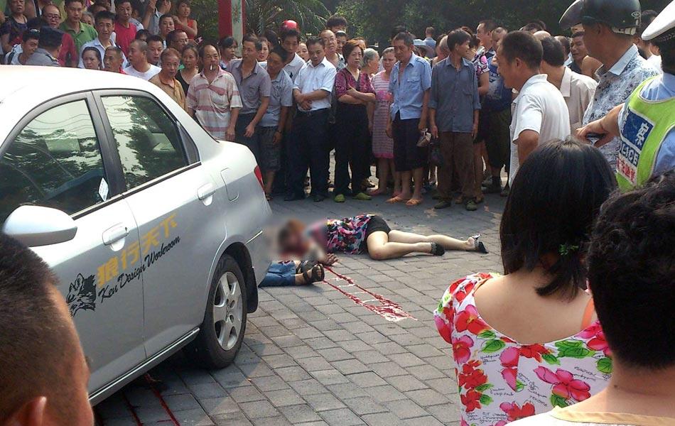 2012年8月10日上午9时37分,重庆沙坪坝区一银行外发生持枪抢劫案,造成1人死亡,2人受伤。当时一男一女中枪倒地,女子已不能动弹,男子还有呼吸,但是颈部中弹,血流一地。另一名保安受伤,目击者称,保安是追歹徒时候肘部被歹徒开枪击伤的。现场还有弹壳。