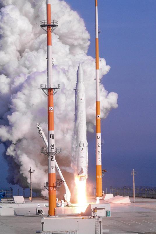 """据韩联社报道,韩国官员说,在北京时间30日15时发射的韩国""""罗老""""号运载火箭已进入目标轨道,发射成功。图为""""罗老""""号升空。"""
