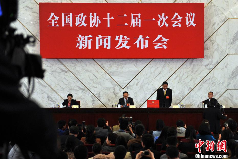 3月2日16时30分,政协十二届一次会议新闻发布会在北京人民大会堂举行,大会新任新闻发言人吕新华首次亮相,并向中外媒体介绍本次大会有关情况并回答记者提问。