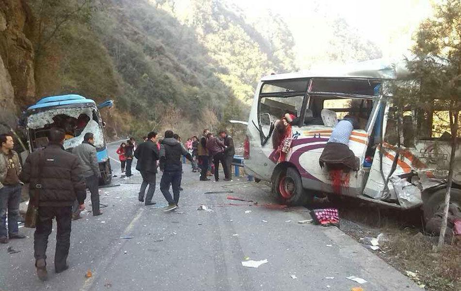 高清图—陕西安康镇坪县牛头店镇天坑峡段辆车相撞 数人死亡