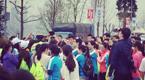 重庆帅气交警遭众多女子围拍致交通拥堵
