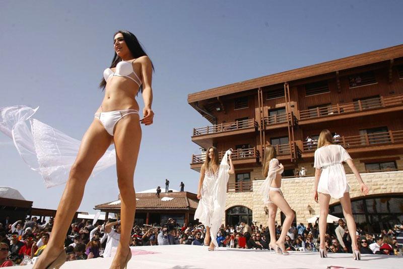 中东出美女黎巴嫩最开放 女模雪地走秀强展笑容