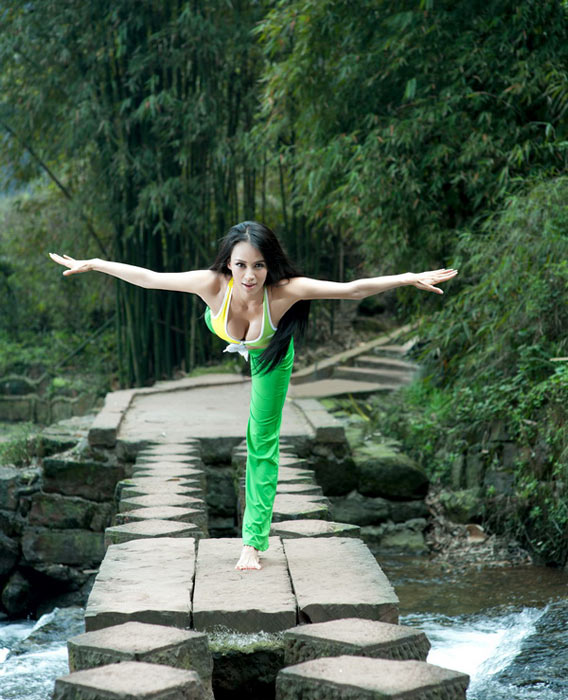母其弥雅近期瑜伽示范写真曝光 称裸体练多多益善