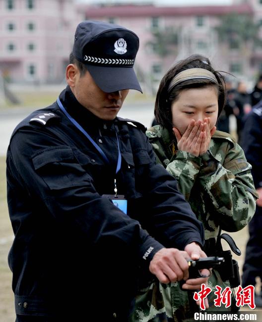 女警花与男武警 特战部队退伍兵角逐特警名额图片