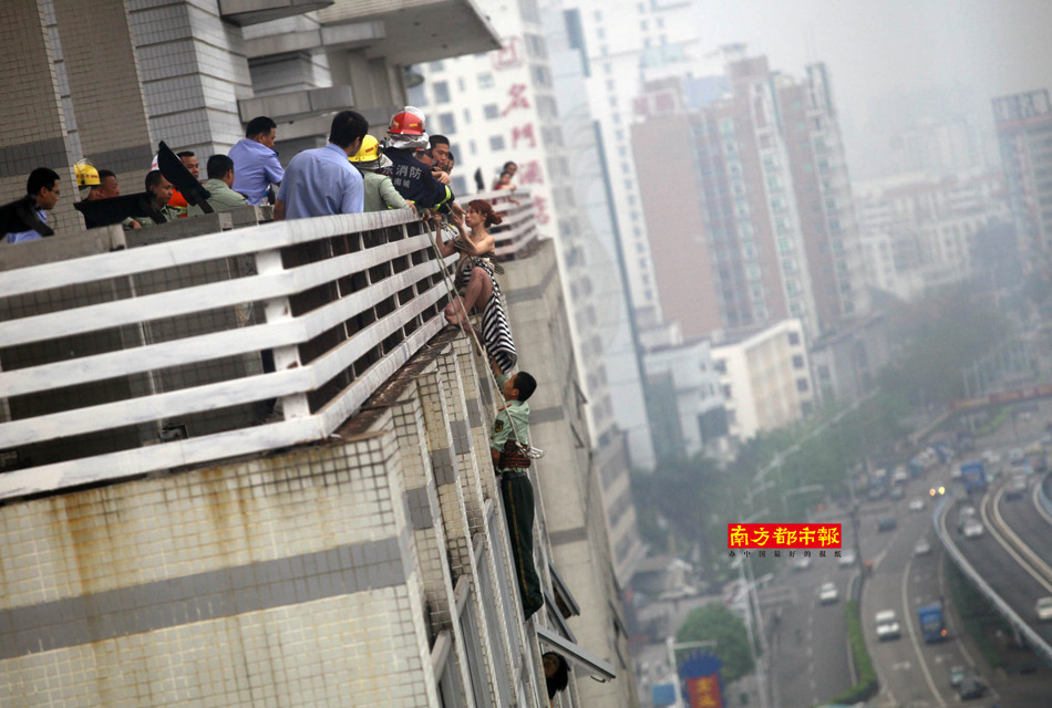 女子高楼轻生被救 围观者堵救护车欲一睹真容