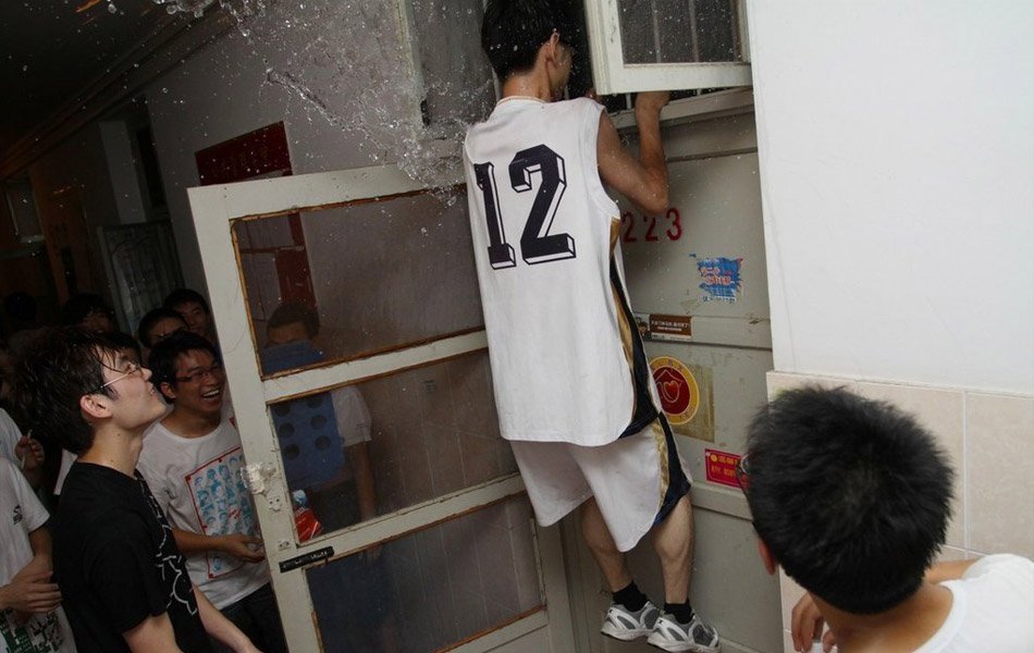 中国 武汉/男生冲进女生宿舍泼水狂欢。
