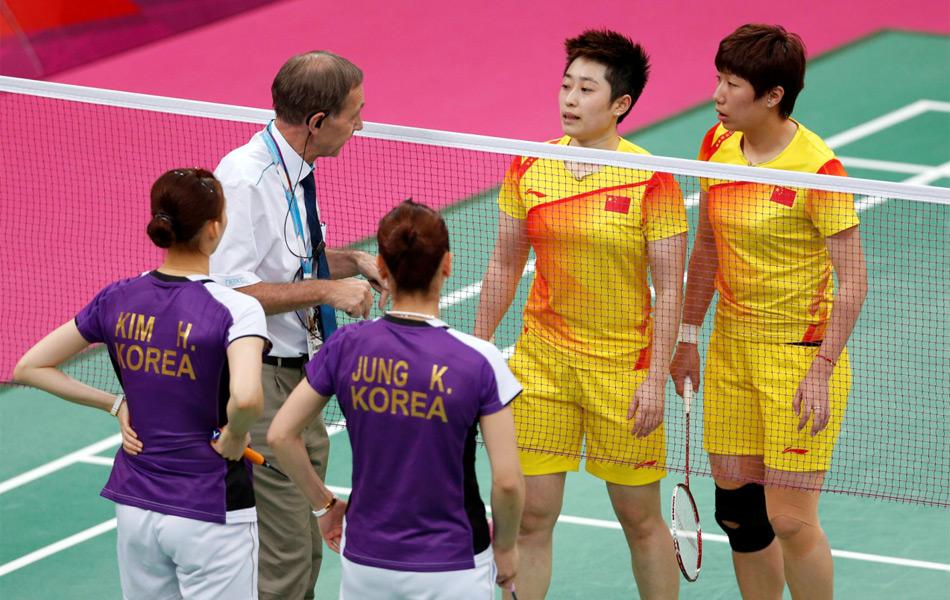 北京时间8月1日凌晨,2012年伦敦奥运女子羽毛球双打1/8决赛中,中国队头号女双于洋/王晓理以0-2(14-21、11-21)爆冷不敌韩国组合郑景银/金荷娜。比赛中,双方为了避开C组第二的中国的组合,都出现了故意让球现象。图为比赛监督提醒两对组合不要消极比赛。