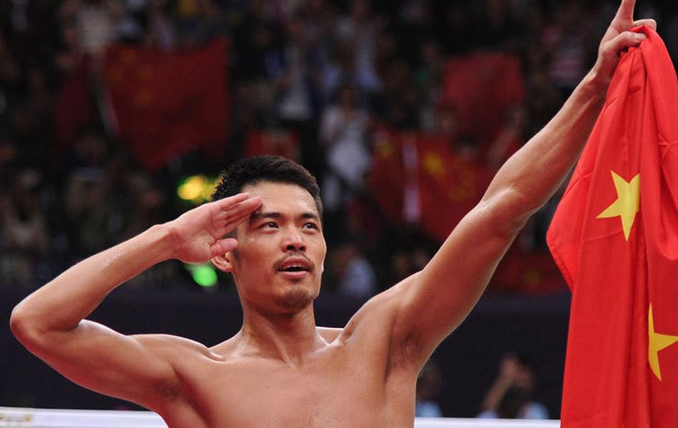 在刚刚结束的伦敦奥运会羽毛球男单决赛中,中国选手林丹逆转战胜马来西亚选手李宗伟,成为史上首位成功卫冕羽毛球男单金牌的选手。他就此成为史上第一位将奥运会、世锦赛、汤姆斯杯、苏迪曼杯、世界杯等所有世界大赛冠军都拿过两遍的选手,实现双圈大满贯。