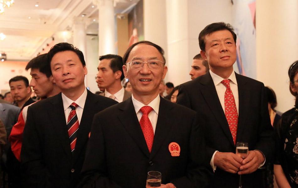 """2012年8月10日,中国驻英国大使馆与中国奥运代表团在""""中国之家""""一同举办庆祝活动,多名奥运冠军参加。"""