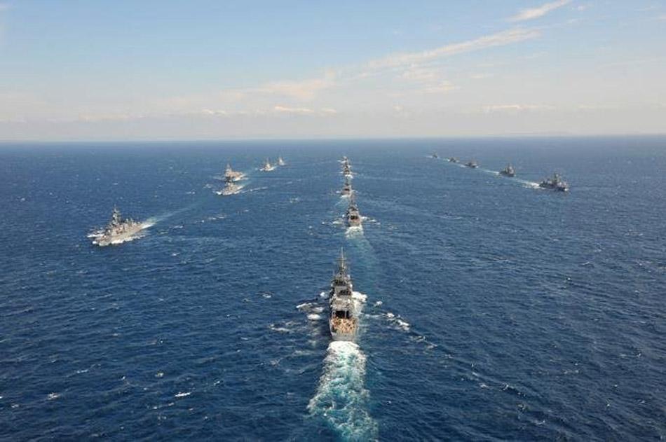 当地时间10月14日,日本海上自卫队在神奈川县相模湾举行阅舰式。海上自卫队派出45艘主力舰,美国、澳大利亚、新加坡三国各派一艘舰艇参加仪式。日本政府还邀请了大批民众登舰参加阅舰式全程。