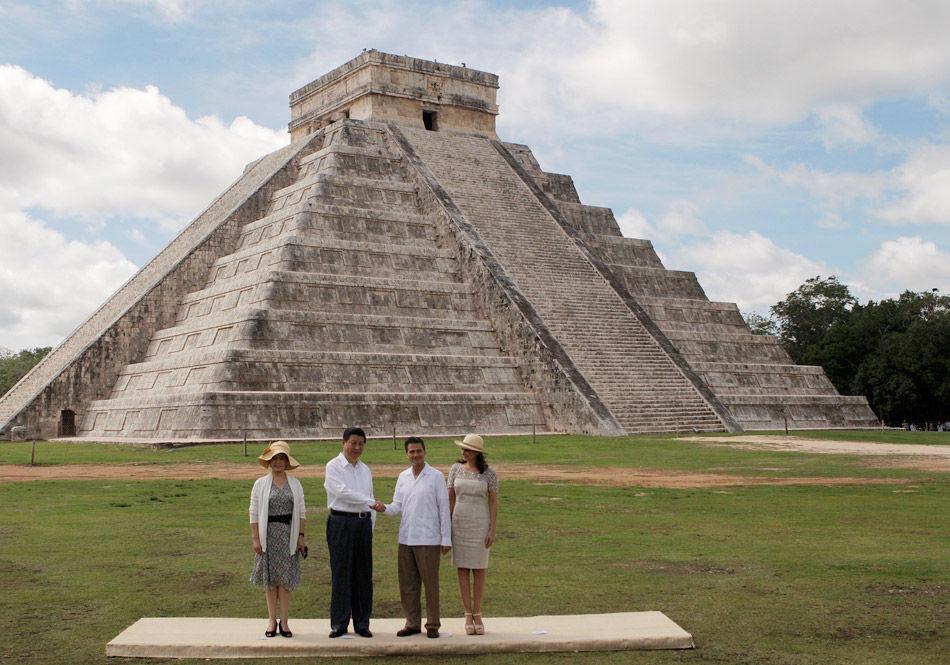 习近平夫妇参观玛雅金字塔
