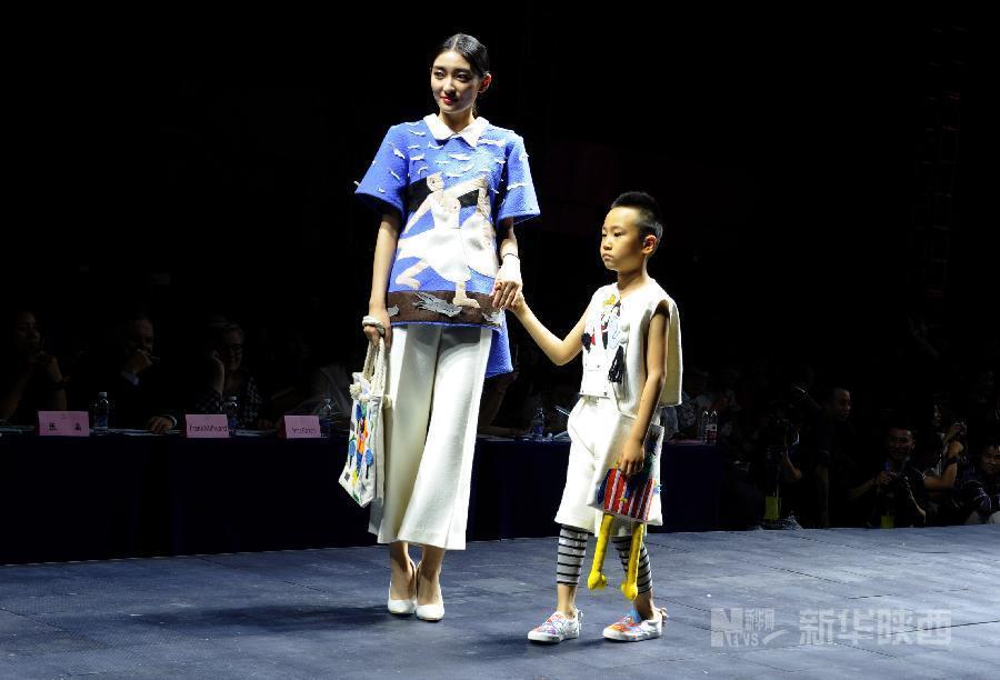 西安举行大学生毕业设计时装秀