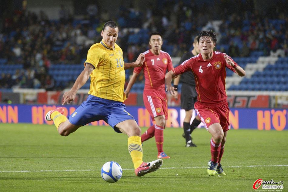 北京时间9月7日凌晨,中国国家男足在瑞典的赫尔辛堡同瑞典国家队展开热身赛,第10分钟,瑞典头号球星伊布外围劲射击中中国队球门立柱;比赛进行20分钟后郑智因嘴部受伤流血下场;第47分钟,瑞典由埃尔曼德把握单刀球机会打入制胜球,中国队此后未能形成反扑,比赛后段霍尔曼的攻门再次击中了中国队立柱,最终中国队0-1落败。图为伊布射门瞬间。
