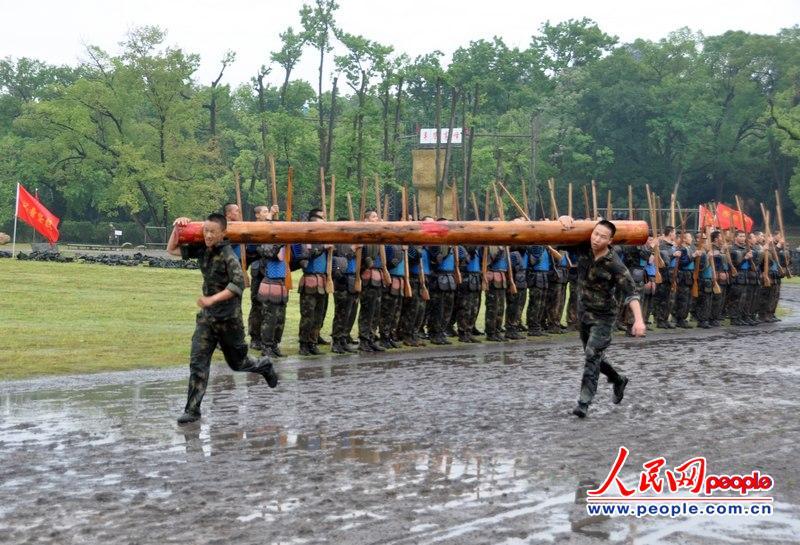 """二炮部队常规导弹第一旅官兵雨中""""持械""""肉搏"""