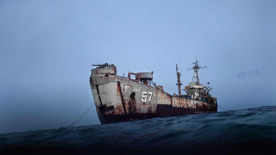 日前网上出现了一组菲律宾当年搁浅在南海仁爱礁上的老旧登陆舰的新状态图集,图中显示这艘登陆舰的损毁非常严重,船体多处已被锈穿,直通大海。附近是中国海警的多艘船只包围。(环球网)