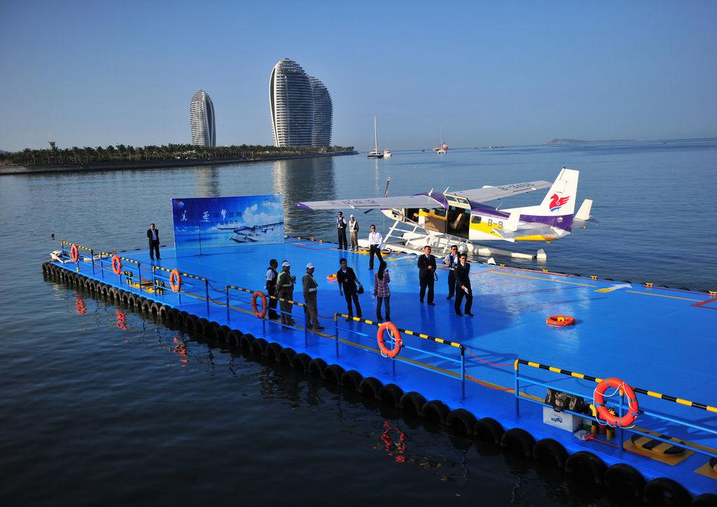海南:中国首架水上飞机三亚载客启航 2014年1月25日,海南省三亚湾海域,美亚航空购进的2架塞斯纳208水上飞机正在举行首航仪式。据悉,此次三亚载客的塞斯纳水上飞机,为水陆两栖多用途轻型通用飞机,可以近乎天然的海南起降,也可陆地起降停靠,还可前往陆地飞机无法降落的岛屿与湖泊,可以在1000米以下低空飞行,近距离欣赏地面和海岛风光。   据介绍,中国首架水上飞机三亚载客启航,首次实现了水上飞机在中国成为空中通勤载客交通工具,将为海南岛打造海陆空立体化交通、旅游、应急救援保障休系,助力国际旅游岛建设。(东方