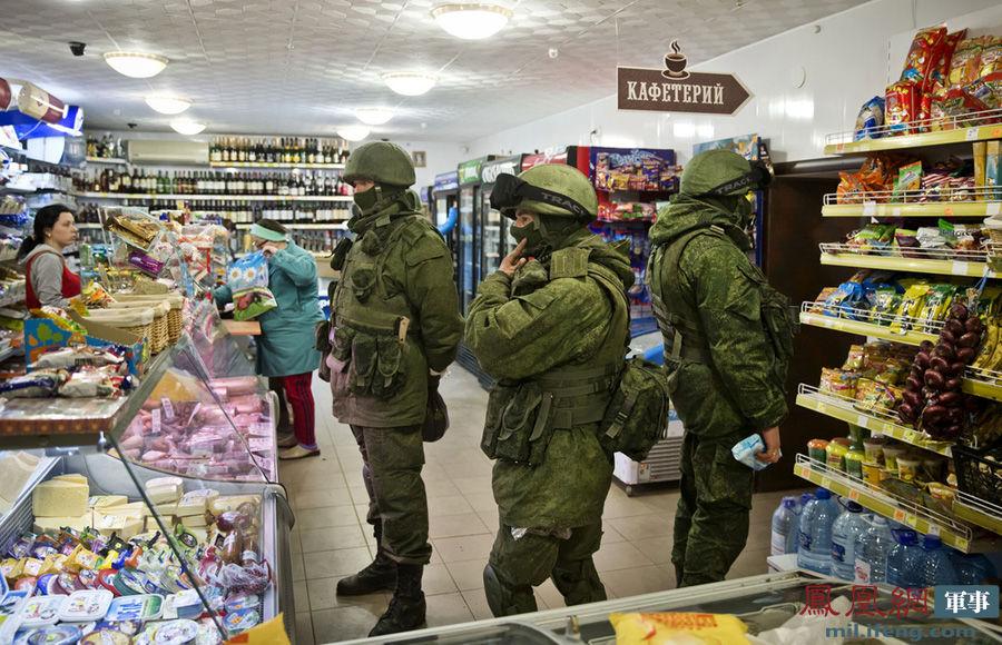 克里米亚公投平静中进行 蒙面武装人员商店购物很悠闲。当地时间2014年3月16日,乌克兰克里米亚小城镇佩列瓦尼,蒙面的武装士兵和当地居民在商店中购物。据悉,乌克兰克里米亚16日就是否入俄举行公投,全民公投筹备与执行委员会主席米哈伊尔-马雷舍夫在计票过半数后宣布,公投最终投票率为82.