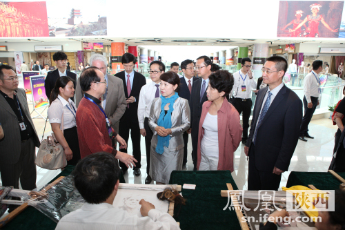 林等陪同下参观中国刺绣艺术表演-首届丝绸之路国际博览会西安华南