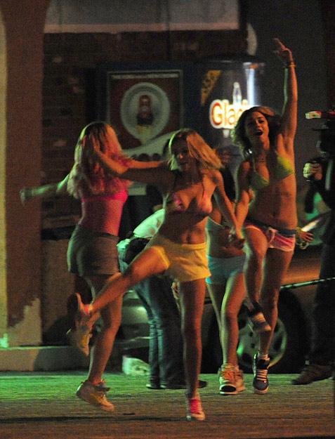 女友街边抽烟喝酒 《春假学生》拍摄现场街头疯狂