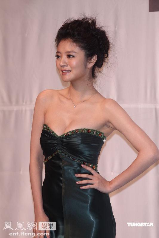 安以轩亮相台湾活动 穿紧身礼服秀性感图片